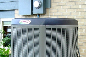 What features can reduce an air conditioner's noise